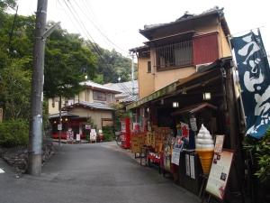 さすが観光名所化している鈴虫寺。お向かいには休憩できるお茶屋さんがあります。
